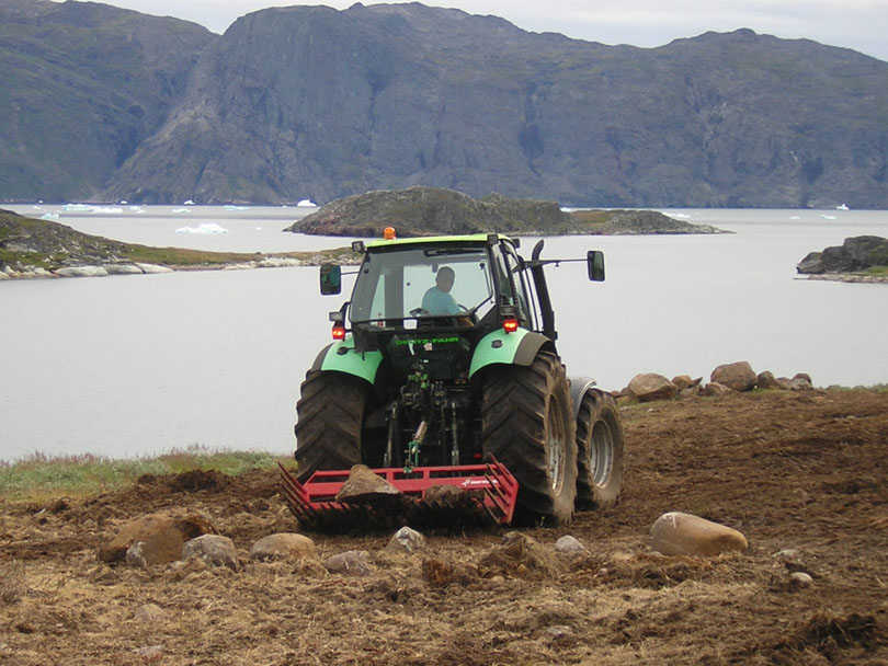 Ipiutaq guest farm, tractor and multigrab bucket