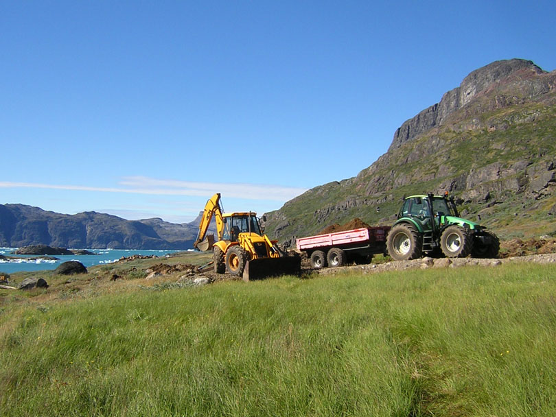 Ipiutaq guest farm, backloader and tractor with tipper trailer