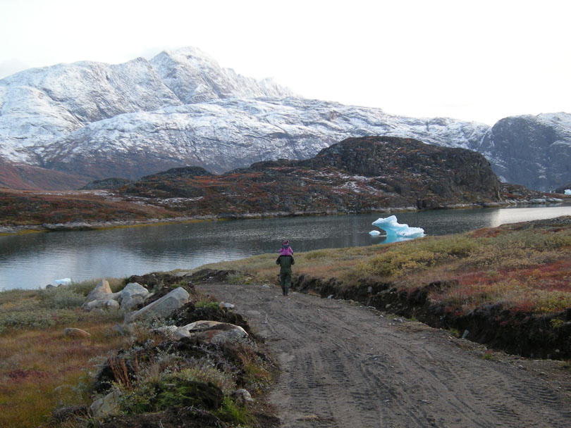 Ipiutaq guest farm, dirt road to the fjord